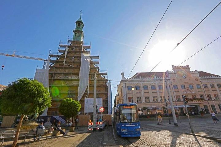 Das Zwickauer Gewandhaus (links): Die Sanierung des 500 Jahre alten Gebäudes dauert länger und wird teurer.