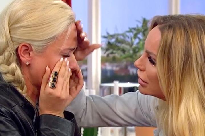 Bei Sarah und Gina Lisa kommt alles hoch. Sie liegen sich in den Armen und bekennen sich zueinander.