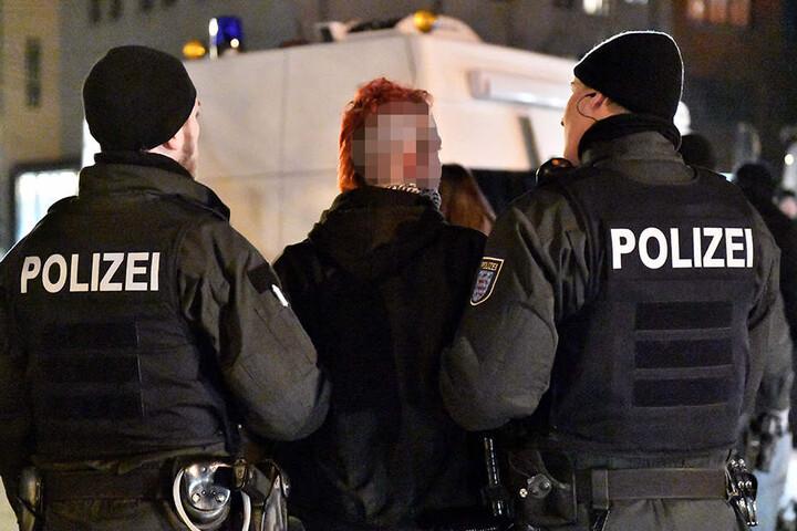Nach der Demo wurde ein Haftbefehl gegen einen Teilnehmer der Gegendemonstration erlassen.
