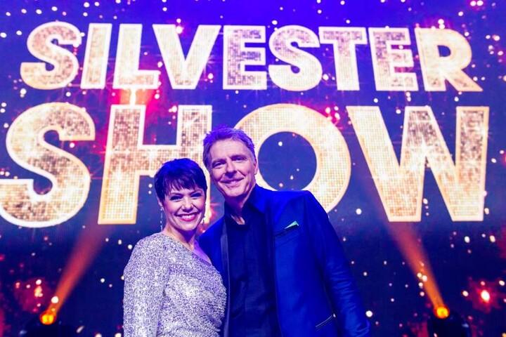 """Francine Jordi und Jörg Pilawa stehen nach der Aufzeichnung der """"Silvestershow"""" auf der Bühne."""