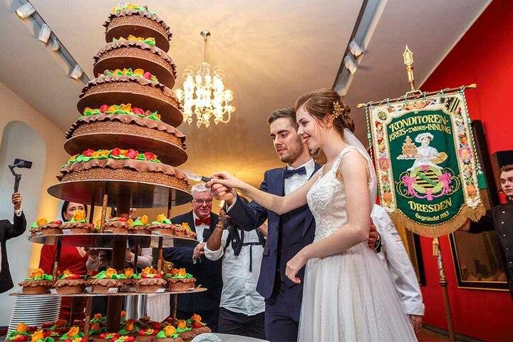Die neunstöckige Hochzeitstorte bekam das Brautpaar von der Dresdner Konditoren-Innung. Serviert wurde jedes Stück auf edlem Meißner Porzellan.