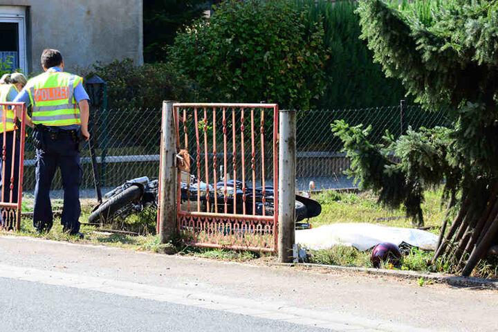 Der 78-Jährige raste mit seinem Motorrad durch einen Zaun und landete auf einer Wiese.