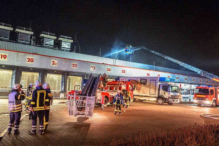 Die Feuerwehr rückte an, um die Flammen unter Kontrolle zu bringen.