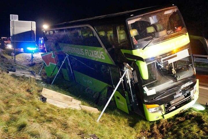 In dem Bus waren 64 Reisende unterwegs, die meisten kamen mit einem Schreck davon.