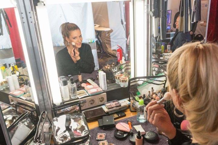 Backstage in der Maske: Stefanie macht sie schick für ihren Auftritt.