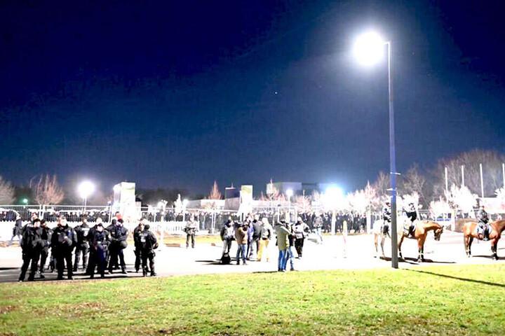 Viele Polizisten sichern das Gebiet rund um den Skatepark Lingnerallee.