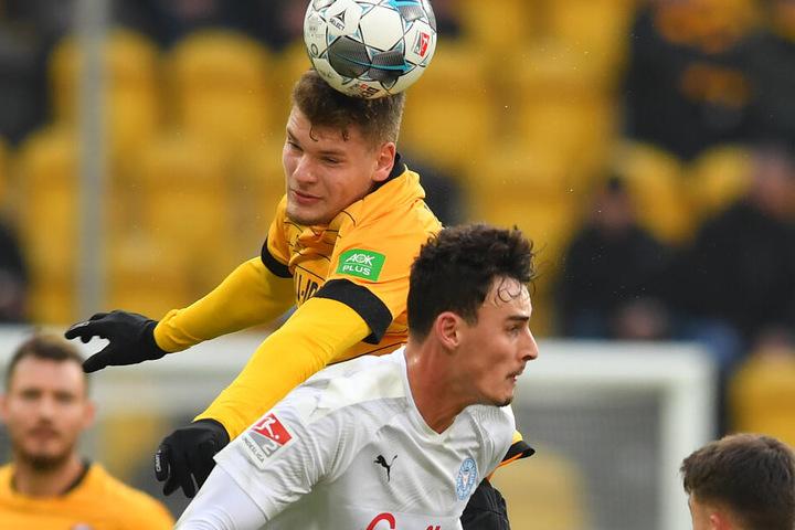 Erst 18 Jahre, aber Kevin Ehlers, hier Kopfballsieger gegen den Kieler Luca Serra, hat mit guten Leistungen auf sich aufmerksam gemacht.