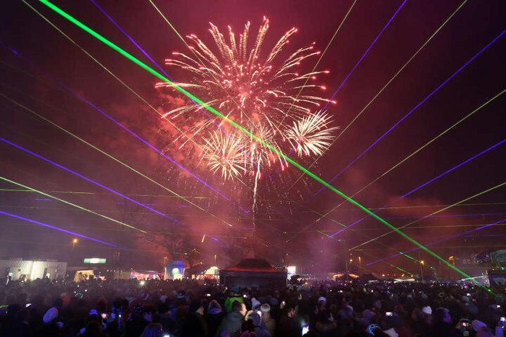"""In Zwickau feierten etwa 4500 Besucher bei der """"Nacht der Nächte"""" am Alten Gasometer ins Jahr 2017."""