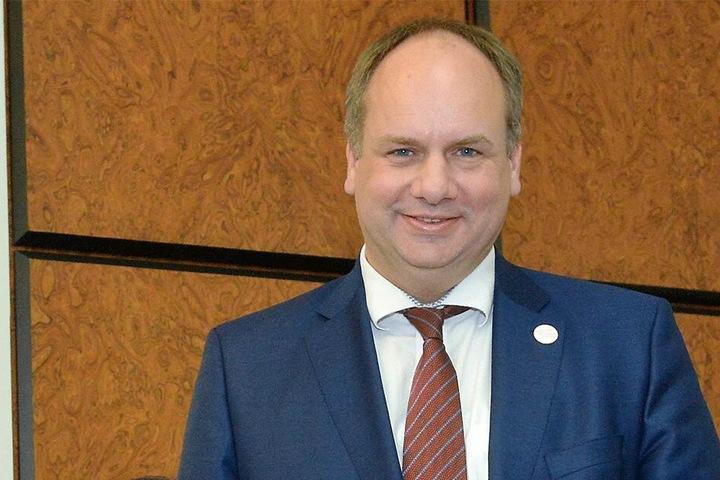 Oberbürgermeister Dirk Hilbert (47, FDP) steht für die Eröffnung des Ratskellers bereit.