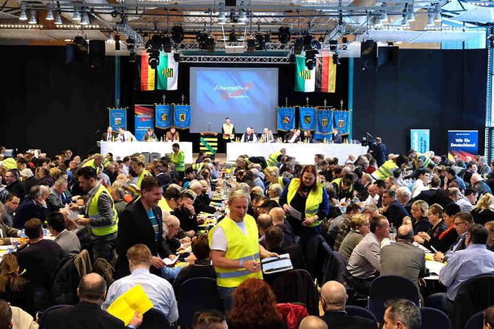 Vollbesetzter AfD-Parteitag. Mitglieder der Zählkommission tragen Gelbwesten.