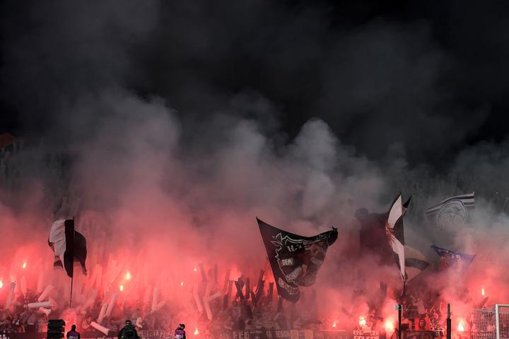Lautstark, aber unbelehrbar: Die Anhänger brannten zahlreiche Pyrofackeln im Gästesektor ab.