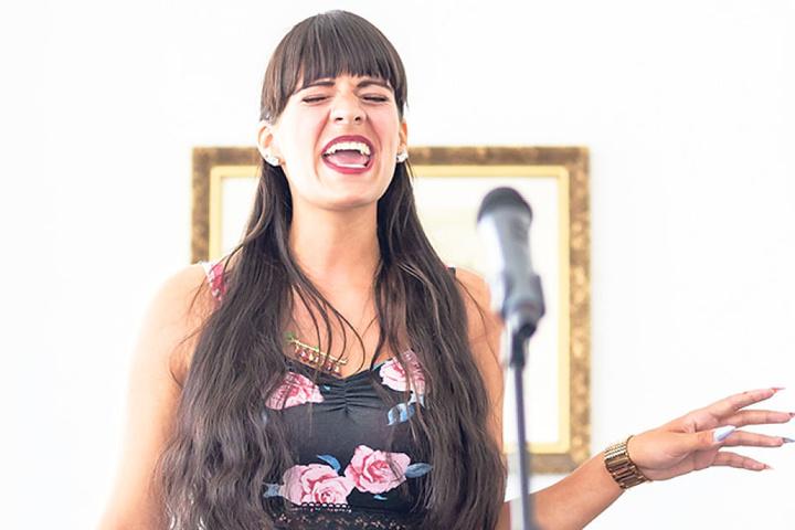 Die stimmgewaltige Madeleine Reiher (22) aus Kahmer bei Greiz beeindruckt die  Jury mit einem Song von Ray Charles.