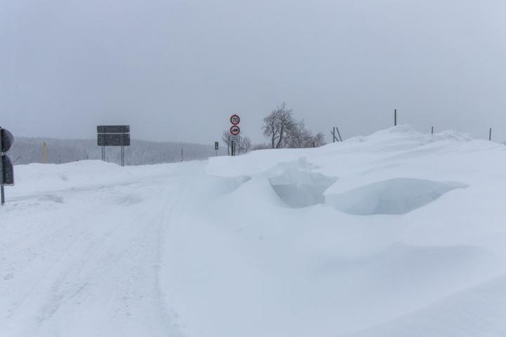 Schneeverwehungen blockieren mittlerweile zahlreiche Straßen.