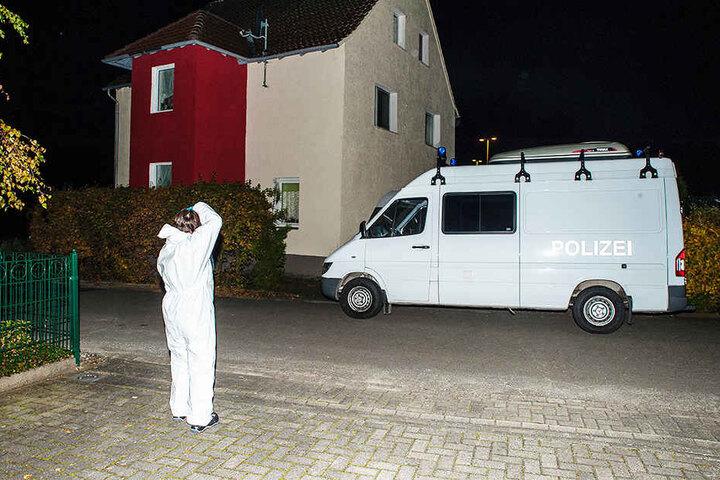 Die Spurensicherung aus Bielefeld durchsuchte die Privatwohnung des Paares.