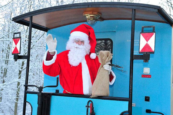 Der Weihnachtsmann fährt mit der Parkbahn mit und hat für die kleinen Besucher auch Überraschungen dabei.