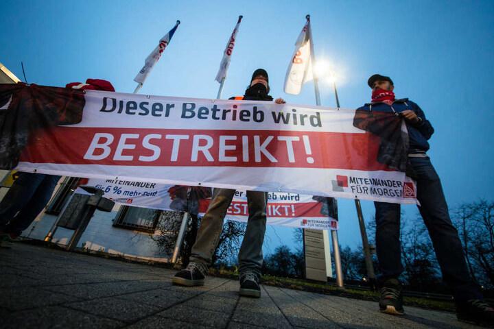 """""""Dieser Betrieb wird bestreikt"""". Mitarbeiter von Bosch bei Waiblingen gehen auf die Straße."""