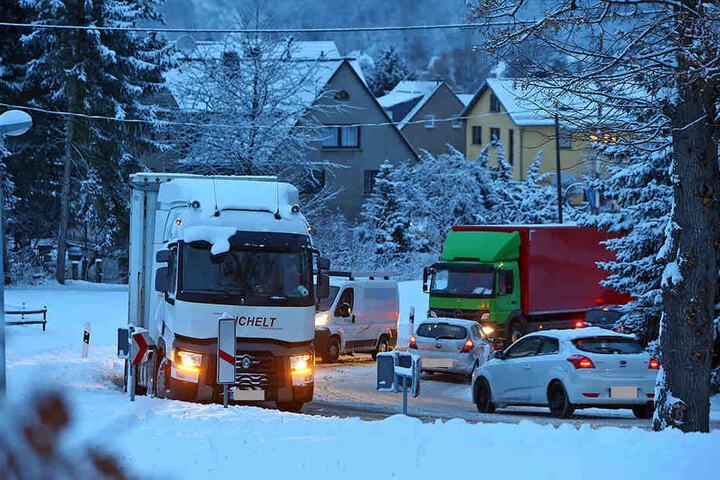 Schnee und Eis sorgten am Montagmorgen für massive Behinderungen auf der B180 Waldenburg - Stollberg.