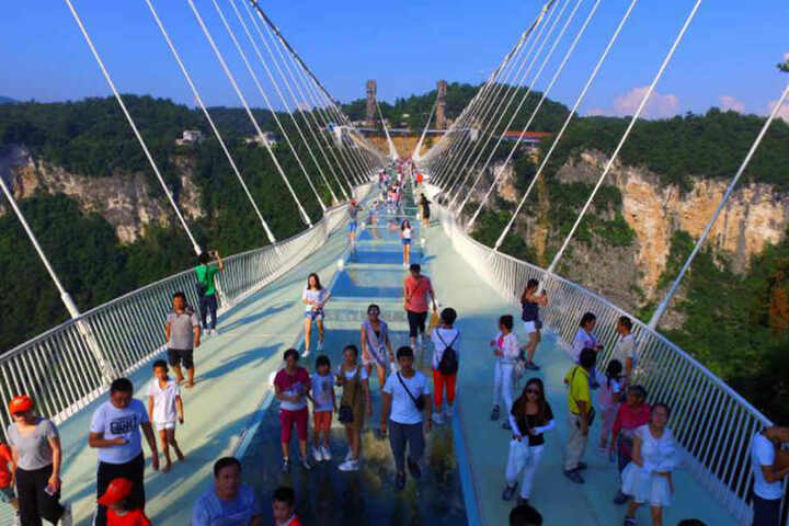 Wer die Brücke überqueren will, muss schwindelfrei sein.