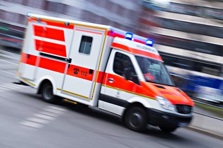 Ein Krankenwagen fuhr zum Einsatzort. (Symbolbild)