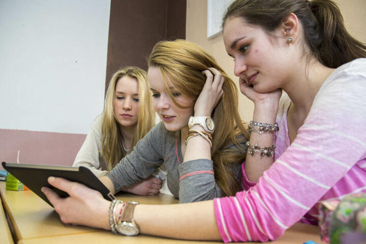 Moderne Lernmittel gehören an Schulen heute dazu. Aber Tablets ohne Lehrer sind neu.