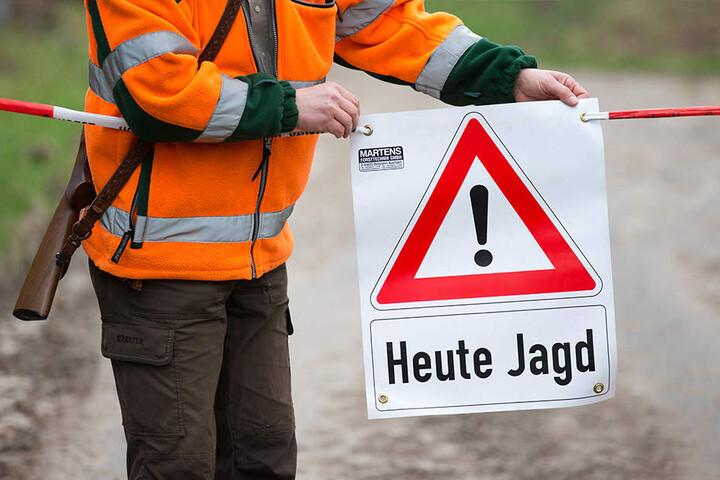 Warnschilder informierten Spaziergänger über die stattfindende Jagd.