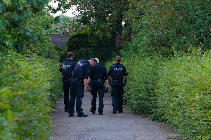 Die Beamten durchsuchen das Gelände des Kleingartenvereins.