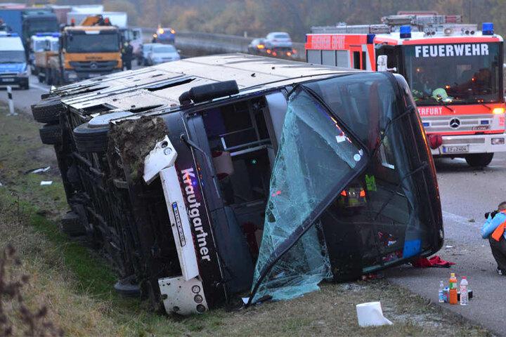 Bei dem Unfall bei Erfurt starb ein vierjähriger Junge und es gab 64 Verletzte.