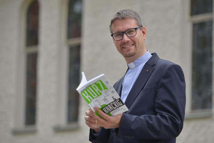 """Vom Internet ins Buch: Pfarrer Markus Böhme (45) mit seinem Werk """"Kurz & Knackig""""."""