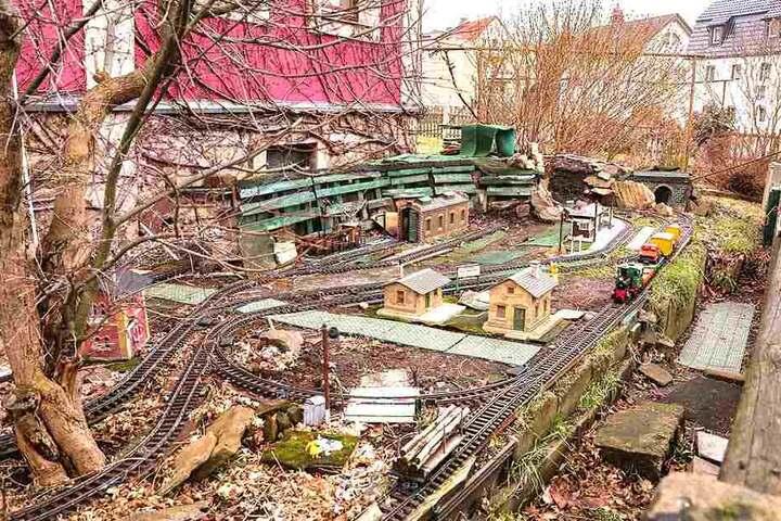 Seit 2002 hat der Freitaler in mühevoller Arbeit die Weißeritztalbahn im Vorgarten nachgebaut.