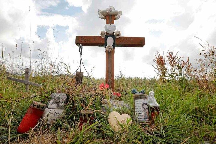 Angehörige und Freunde haben am Tatort ein Kreuz aufgestellt, Blumen und Kerzen abgelegt.