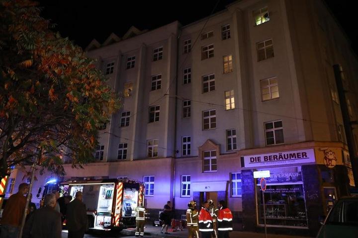 Insgesamt mussten vier weitere Mietparteien noch am Abend ihre Wohnungen verlassen.