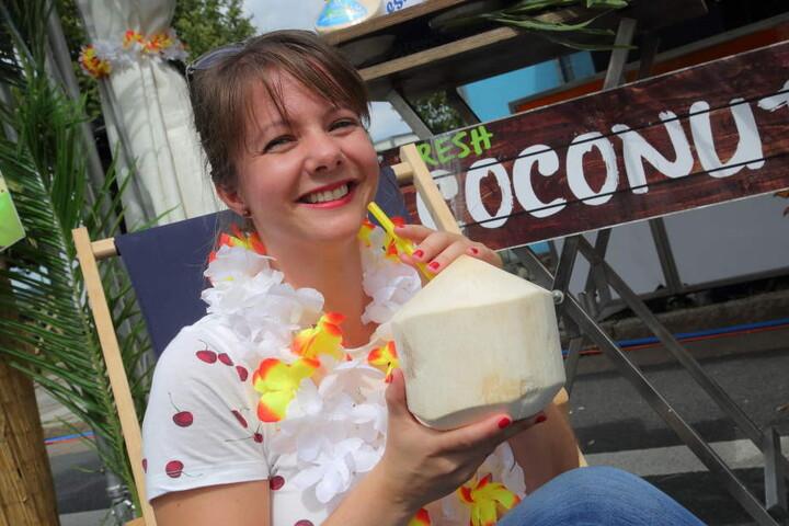 Karoline Marschallek 37) probiert ein Coconut Water.