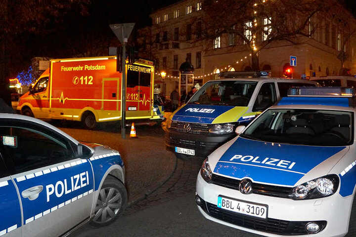 Spezialkräfte der Polizei untersuchten den verdächtigen Gegenstand und sperrte einen angrenzenden Weihnachtsmarkt.