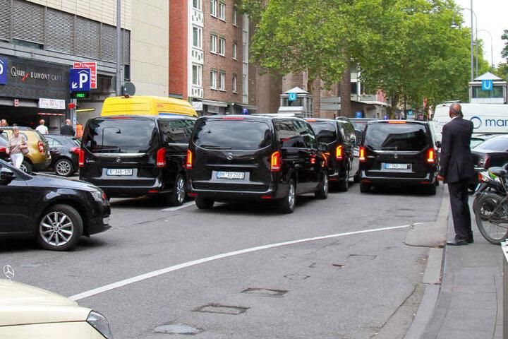 Mit einem massiven Aufgebot an Fahrzeugen und Wachmännern rückte der Emir in Köln an.