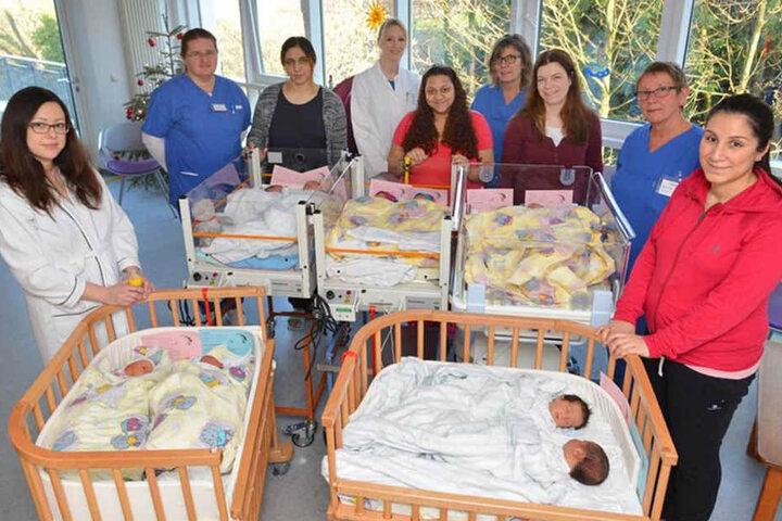 Tatsächlich Ruhe: Fünf stolze Mütter mit ihren zehn Neugeborenen und Ärzten, Pflegekräften und Hebammen des Perinatalzentrums.
