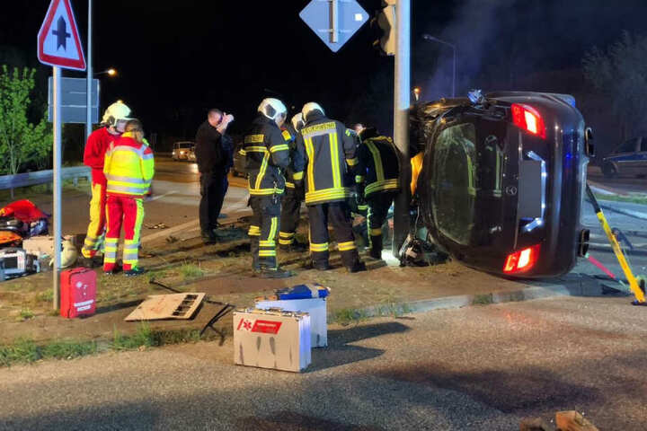 Das Unfallauto wurde in der seitlichen Lage stabilisiert. Die Rettungskräfte kümmern sich um die Opfer.
