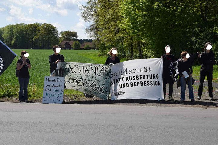 Einige Aktivisten standen mit Bannern vor der Firma.