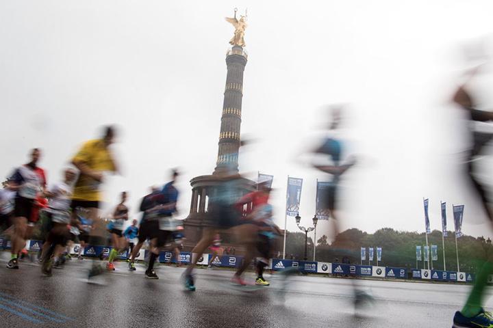 Tausende Läufer laufen am Sonntag auf der Straße des 17. Juni am Großen Stern.
