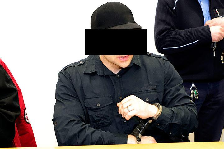 Robert G. (32) soll seinen Freund erst um Geld betrogen und ihn später brutal getötet haben. Ihm drohen bis zu zehn Jahre Haft.
