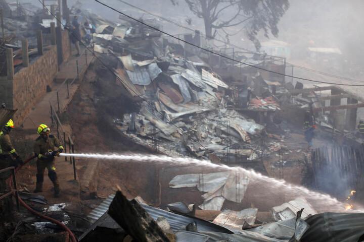 An die 100 Wohnungen wurden bei dem Brand in Valparaiso zerstört.