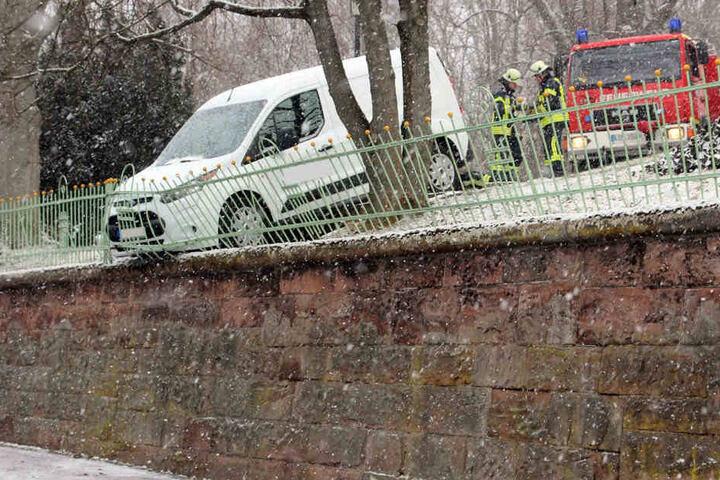 Die Feuerwehr sicherte den Kastenwagen, damit dieser nicht abstürzen konnte.