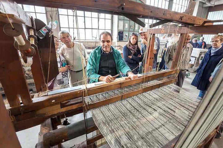 Thomas Zinke (44) vom Textil und Rennsportmuseum Hohenstein-Ernstthal demonstriert das Weben auf einem 150 Jahre Alten Handwebstauhl.