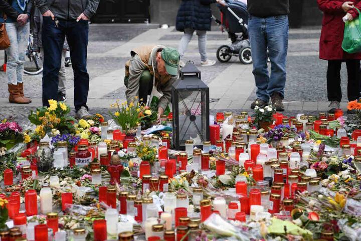 Kerzen wurden entzündet und Blumen an der Stelle niedergelegt, an der zwei Menschen starben.