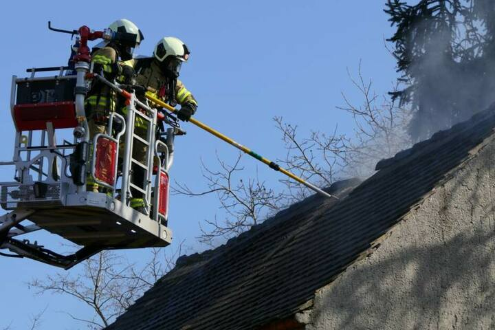 Weil Holz, das unter dem Dach des Schuppens gelagert war, ebenfalls Feuer gefangen hatte, musste die Feuerwehr auch die Drehleiter einsetzen.
