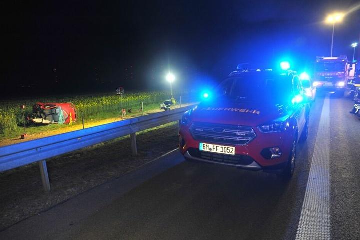 Bei dem Crash wurde das Fahrzeug neben die Autobahn geschleudert.