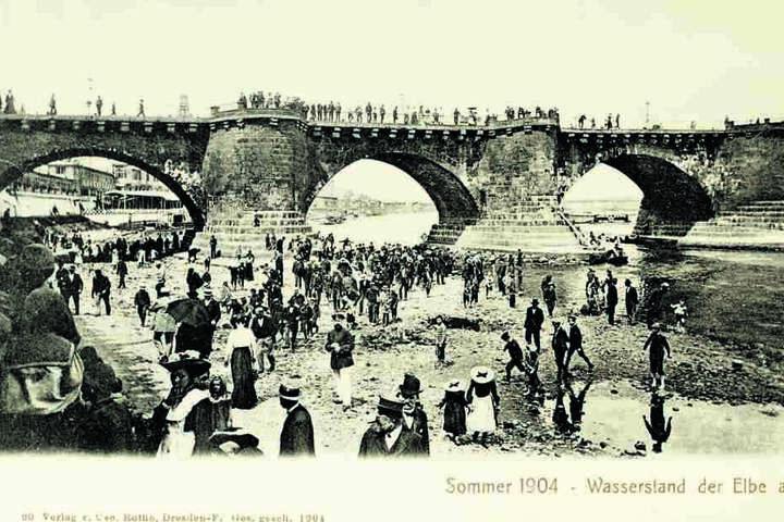 1904 war die Elbe fast ausgetrocknet: Damals konnte man von einem zum anderen Ufer laufen. Heute geht das nicht mehr: Der Fluss wurde ausgebaggert, die Gewässerstruktur hat sich stark verändert.
