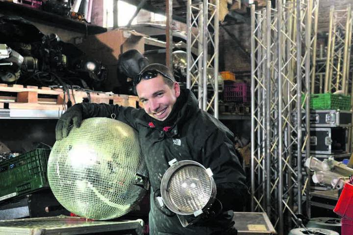 Gastroleiter Robert Steidl (28) schafft im Lager Platz. Discokugel und Lichtspots werden garantiert neue Abnehmer finden.