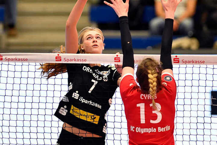 Dominika Strumilo (hinten) behält mit dem DSC gegen Berlin die Oberhand.