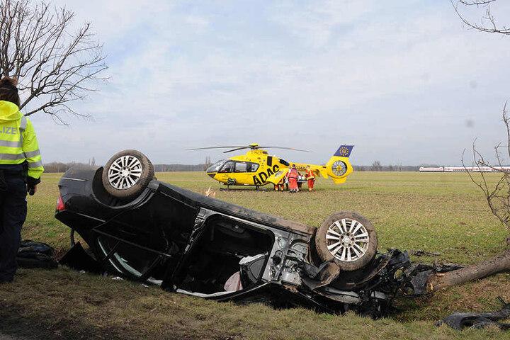 Der verletzte Autofahrer musste mit dem Rettungs-Hubschrauber ins Krankenhaus geflogen werden.