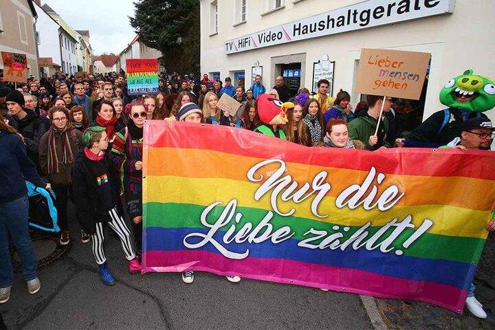 """Am 3. November 2018: Mit einem Banner """"Nur die Liebe zählt"""" demonstrierten Menschen gegen das """"Schild & Schwert""""-Festival"""", das Neonazis auf einem Privatgelände in Ostritz feierten."""
